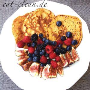 Süsskartoffel-Pancakes mit Feigen und Beerenobst