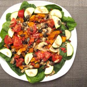 Rosmarin gerösteter Kürbis auf Babyspinat-Pilz Salat