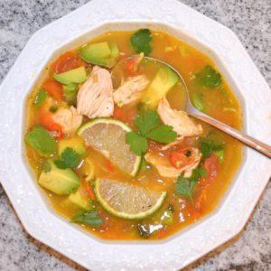Limetten-Hühnersuppe mit Avocado