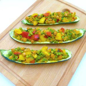 Zucchini-Schiffchen mit Curry-Gemüse
